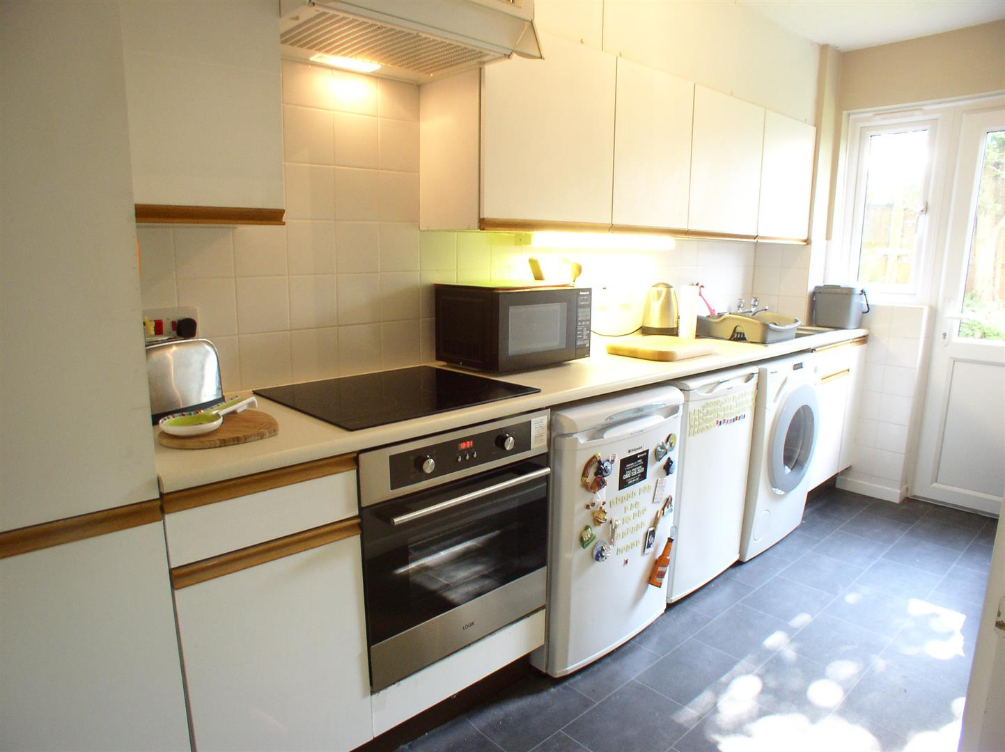 1 Bedroom Flat for sale in Paxton Close, Walton-On-Thames
